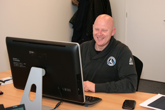 Foto van Alex Willemsen op kantoor. Uw contact bij wandenplafondspuiten.nl