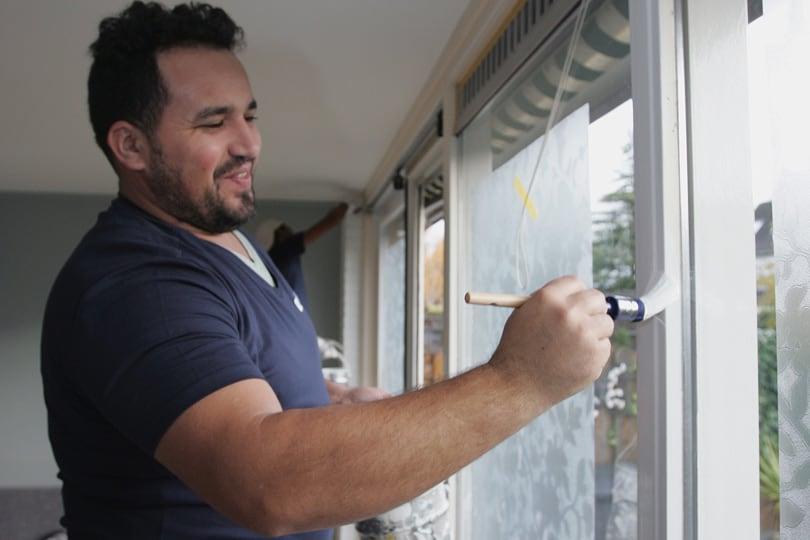 schilder schildert eengezinswoning