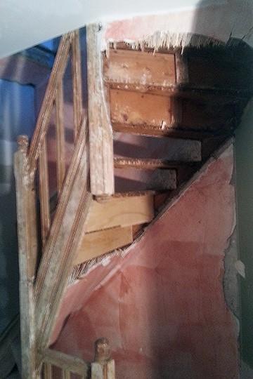Traprug voor renovatie van de oude stuclaag