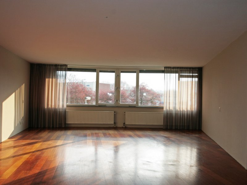 glasvliesbehang na het latex spuiten in woonkamer en keuken