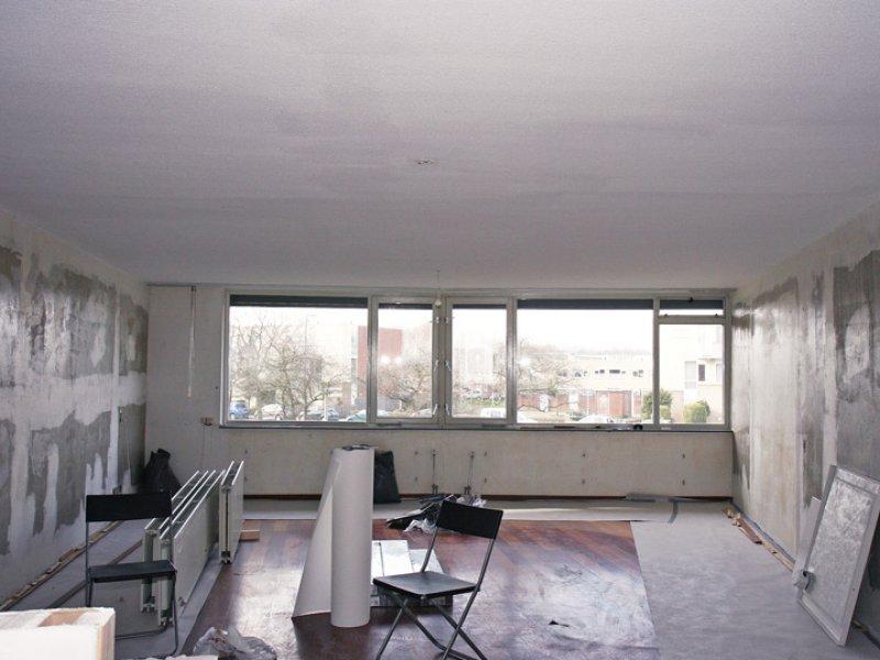 glasvliesbehang in latex spuiten in woonkamer en keuken