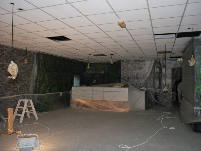 systeemplafond wordt voorzien van zwart latex spuitwerk