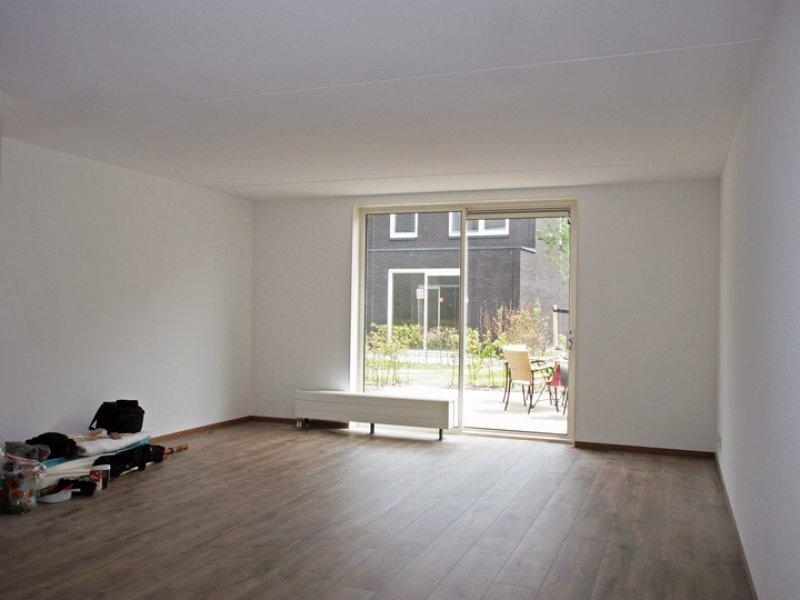 betonnen wanden woonkamer na het afwerken met spackspuitwerken