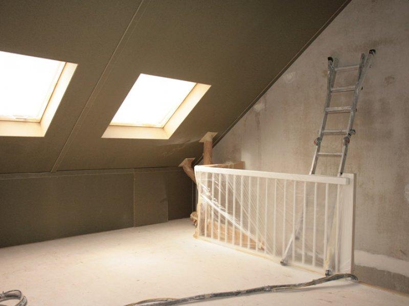 houten dakpanelen van zolder met spackwerk