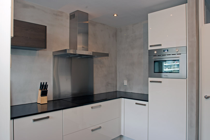betonlook stucwerk op wanden laten aanbrengen van keuken